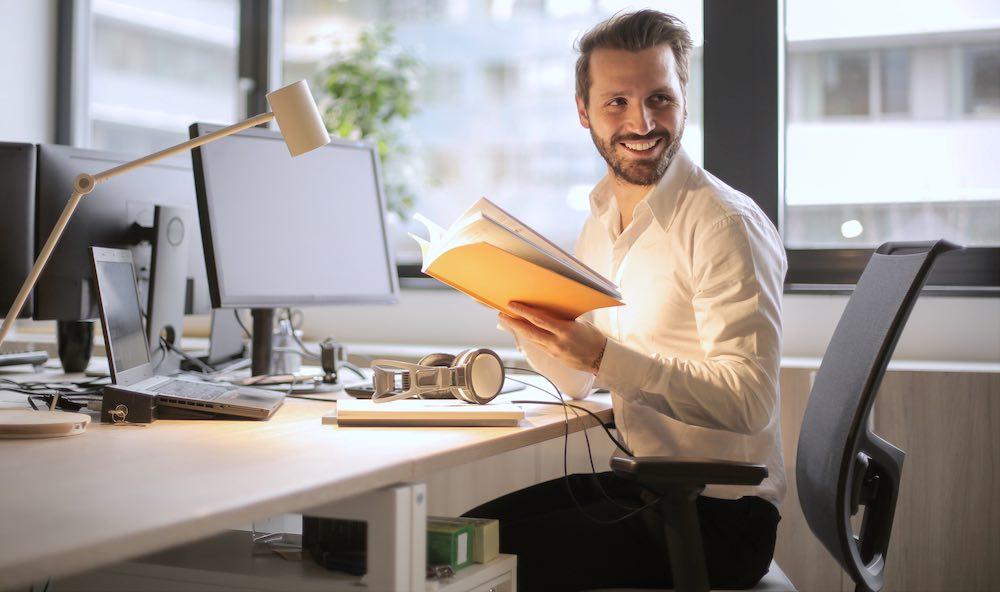 Ein rückenschonender Bürostuhl hilft bei Rückenschmerzen.